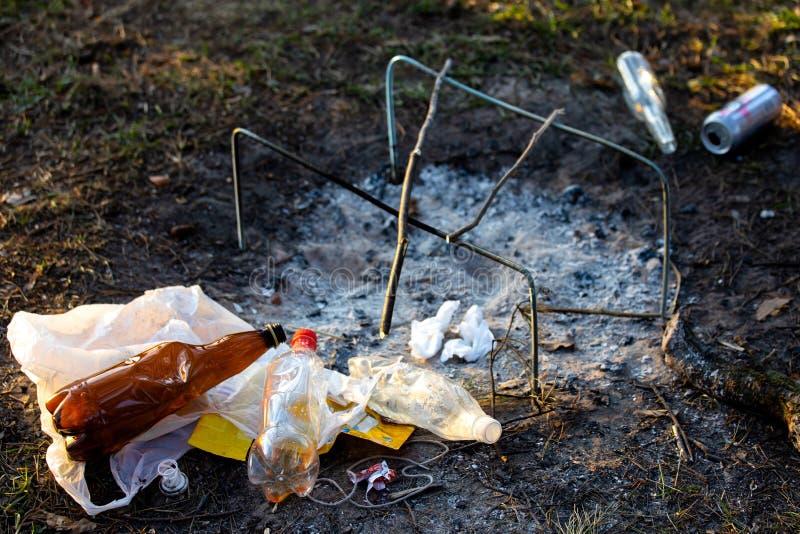 Куча отброса в Forest Park около места лагерного костера загрязнение окружающей среды стоковые изображения rf