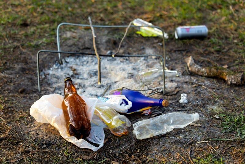 Куча отброса в Forest Park около места лагерного костера загрязнение окружающей среды стоковые фотографии rf