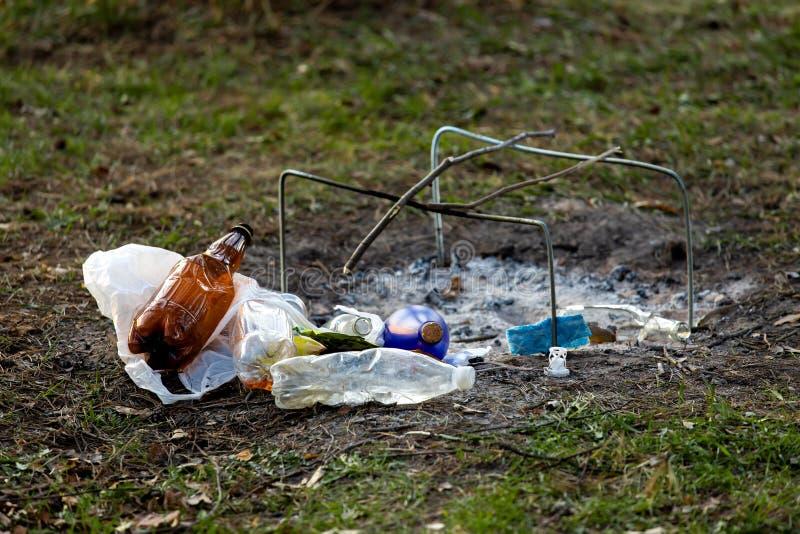 Куча отброса в Forest Park около места лагерного костера загрязнение окружающей среды стоковое изображение rf