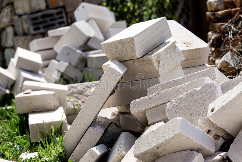 Куча отхода конструкции во дворе Белый блок кирпича или пены стоковые изображения