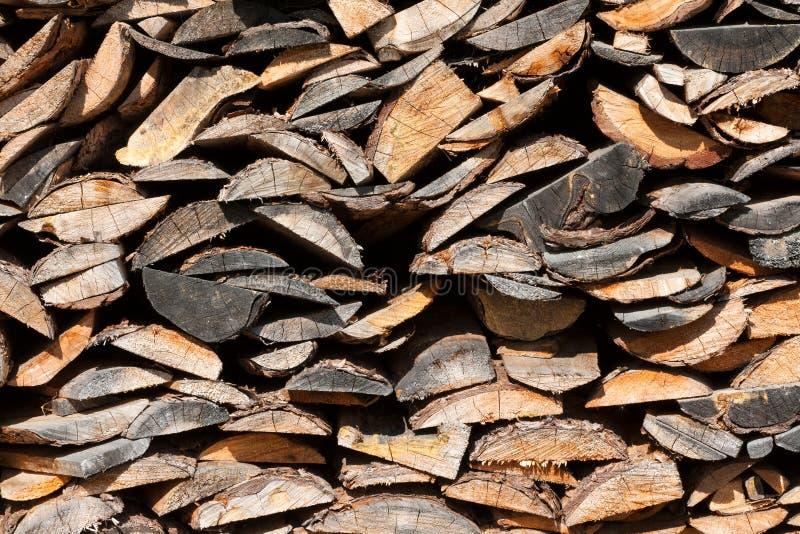 Куча прерванной древесины пожара подготовила на зима стоковые фотографии rf
