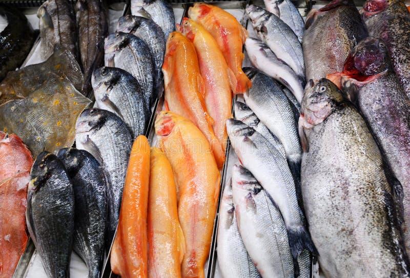 Куча рыбы Рыбный рынок приобретается и до того, как он стягивается, чтобы понять качество и вкус, которые стоковое изображение