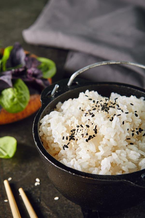 Куча сваренный кипеть вокруг белого риса в подающем металла стоковые фото