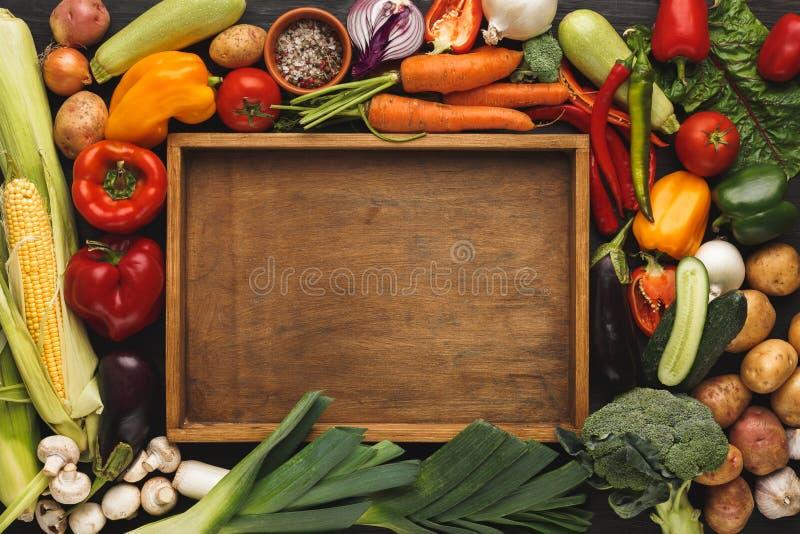 Куча свежих овощей на деревянной предпосылке с космосом экземпляра стоковая фотография