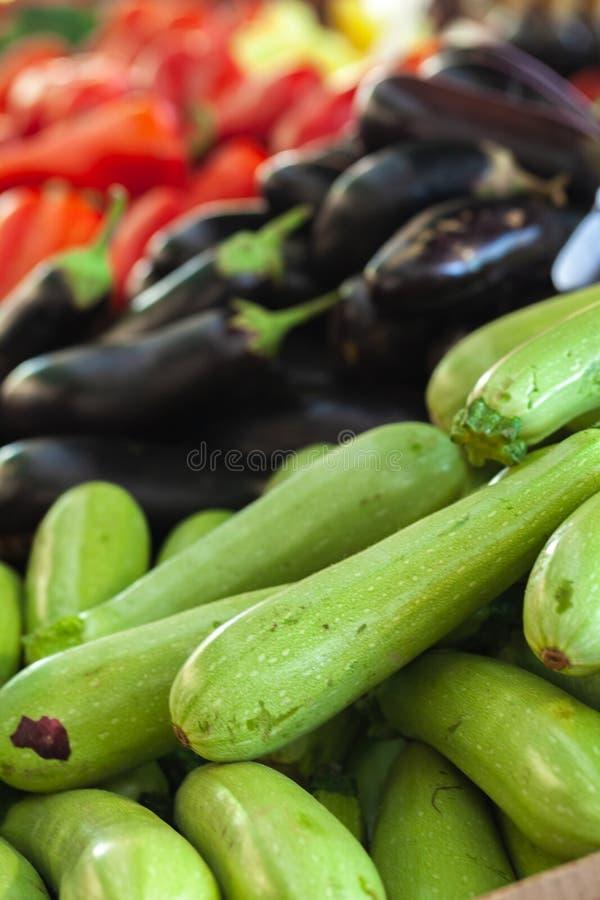 Куча свежих овощей на счетчике стоковые изображения