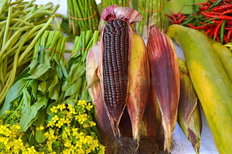 Куча свежих фруктов и овощей стоковые изображения