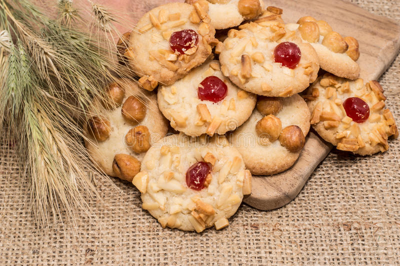 Куча смешанных печений на деревенской предпосылке стоковое фото rf