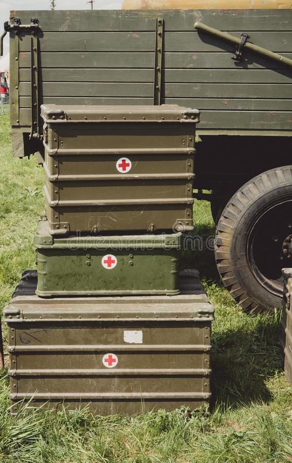 Куча старого винтажного комода коробки Красного Креста стоковые фотографии rf