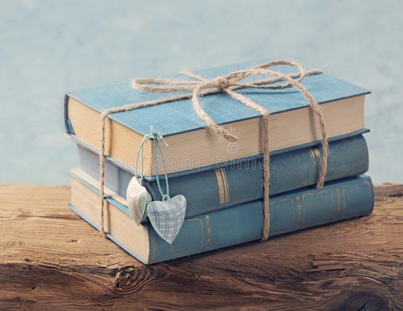 Куча старых голубых книг стоковая фотография rf