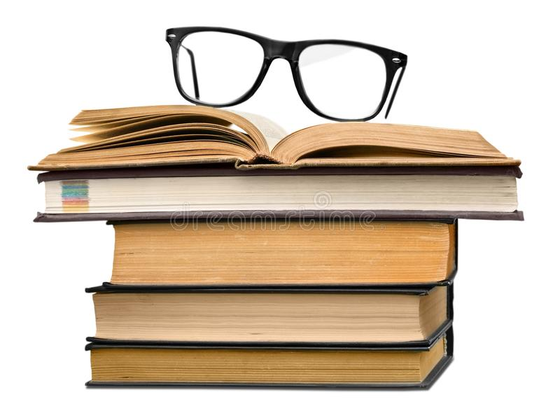 Куча старых книг и пара eyeglasses стоковая фотография