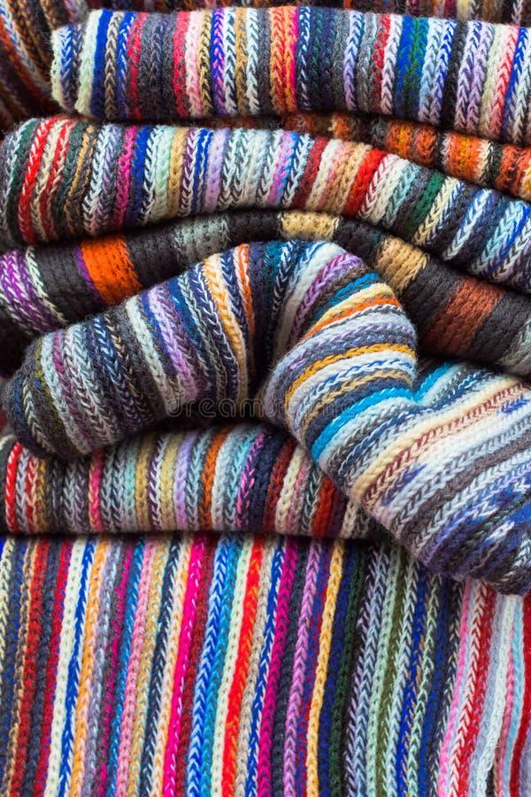 куча ткани цветастая сложенная стоковые изображения rf