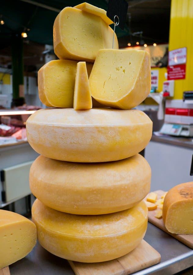 Куча традиционного сыра на рынке стоковая фотография