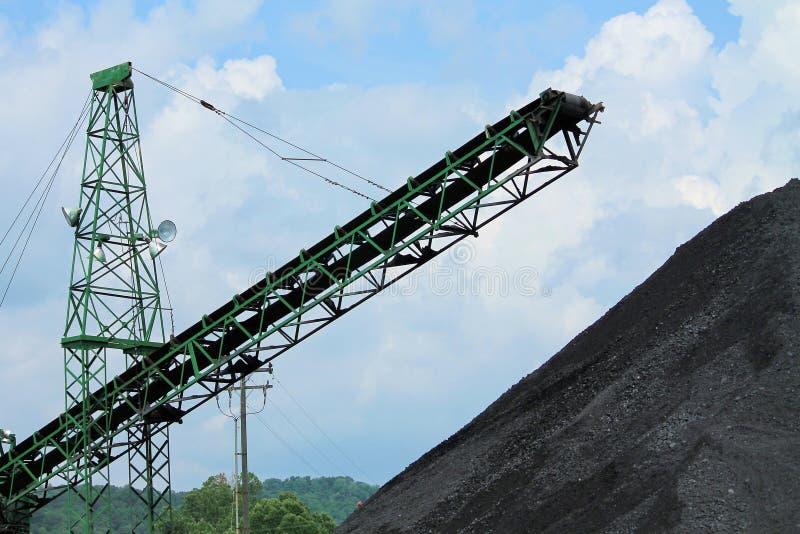 Куча угля с транспортером стоковая фотография rf