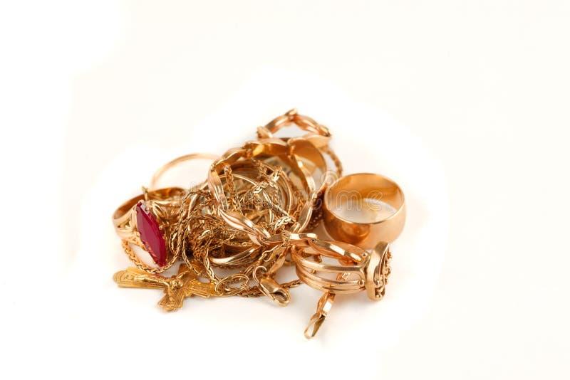 Куча украшений золота на белой предпосылке стоковые фотографии rf