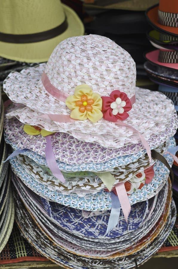 Куча украшенных соломенных шляп стоковые изображения rf