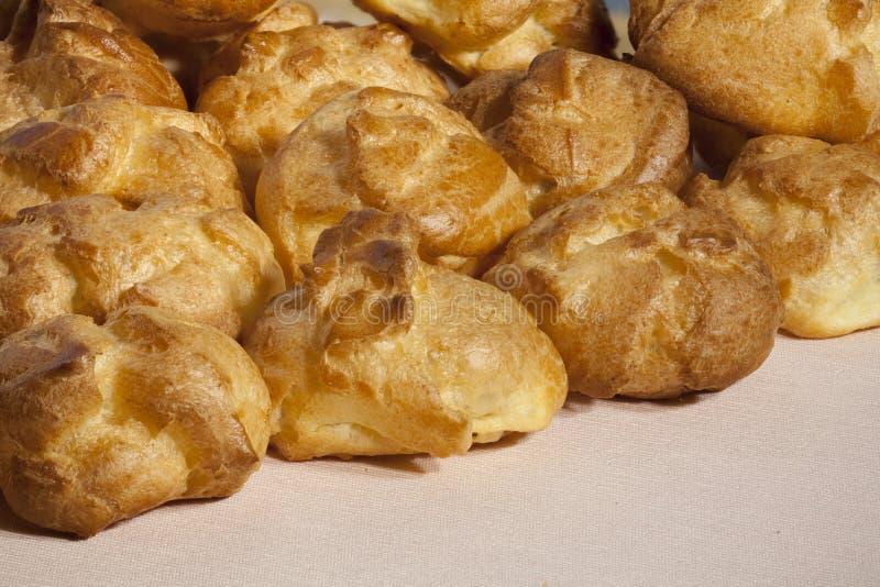 Куча хлебопекарни испеченных profiteroles стоковое изображение