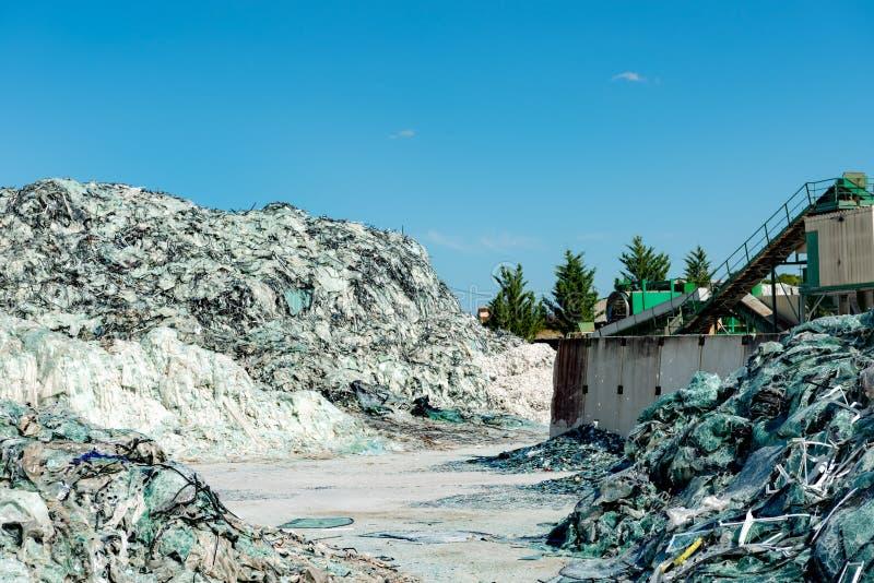Куча частей ecycle сломленного стекла под голубым небом стоковые фото