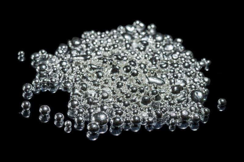 Куча чистых серебряных зерен Изолировано на темной предпосылке стоковые изображения