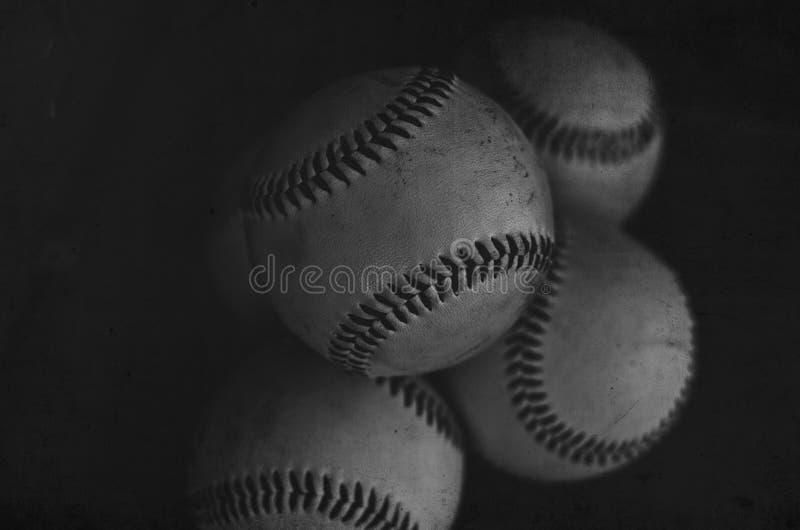 Куча шариков используемых для того чтобы сыграть с в бейсбольным матчем, атлетическим взглядом стоковое изображение