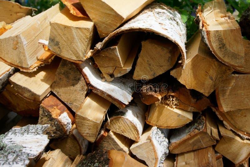 Куча швырка подготовленная для разжигать во время пикника, против предпосылки зеленой листвы, в парке или лесе дружественных к Эк стоковое фото