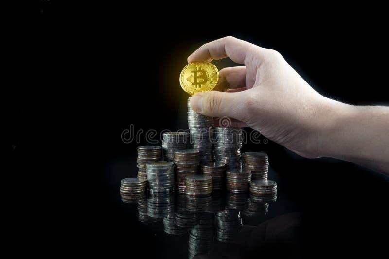 Куча штабелировать чеканит с сияющим золотым bitcoin на верхней части с gra стоковое изображение rf