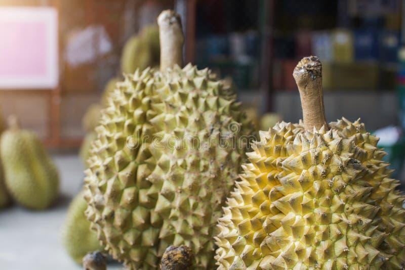 """Куча """"дуриана ремня понедельника """"король плода в тайском рынке стоковое изображение rf"""