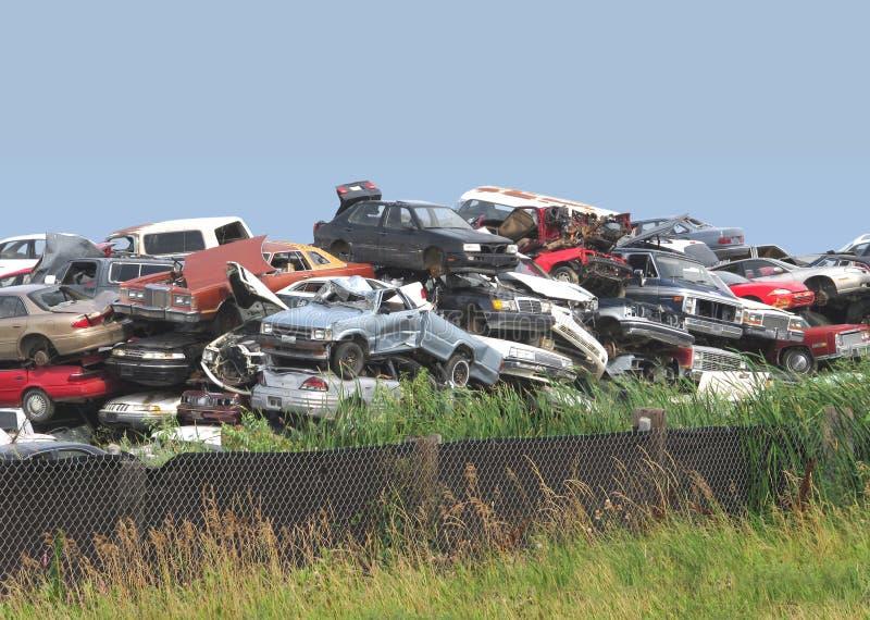 Куча junked и разрушенных автомобилей. стоковое фото