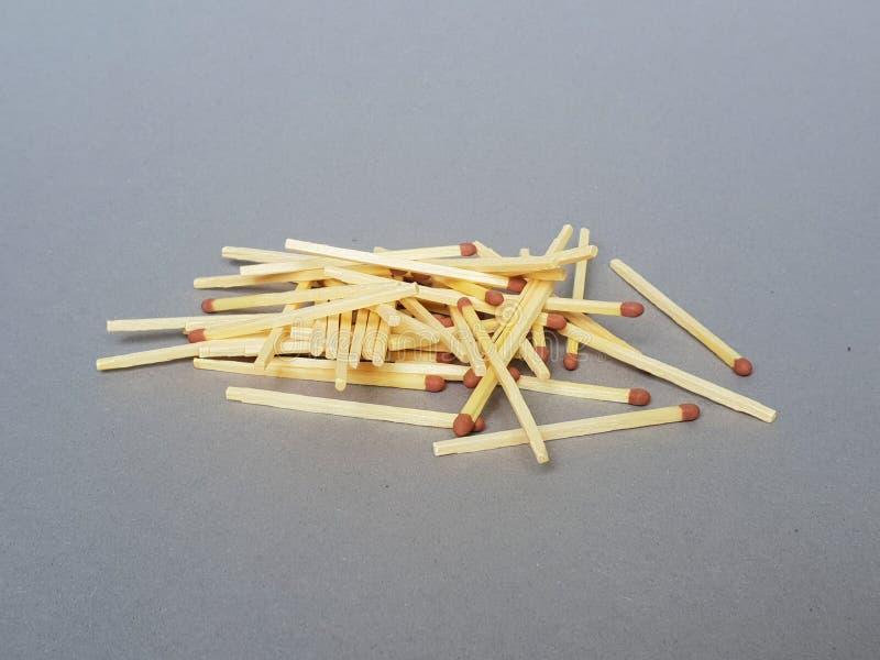 Куча matchsticks на сером подполье стоковая фотография rf
