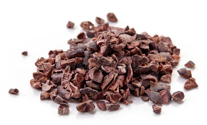 Куча nibs какао на белой предпосылке стоковое изображение