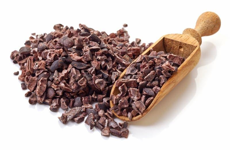 Куча nibs какао на белой предпосылке стоковые фото