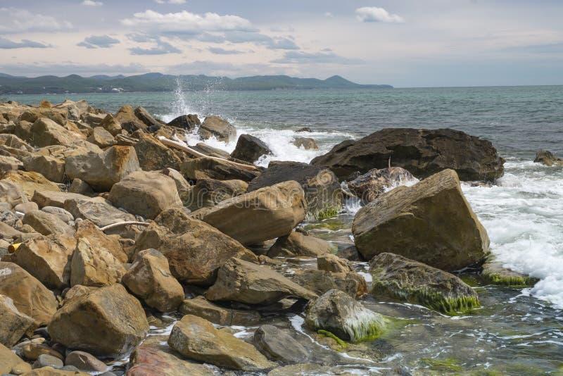 Кучи больших валунов на Чёрном море стоковые изображения rf