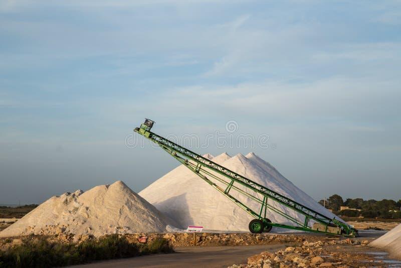 Кучи и конвейерная лента соли моря стоковая фотография