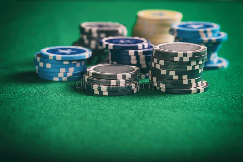 Кучи обломоков покера на зеленой чувствуемой предпосылке, космосе экземпляра стоковые изображения rf