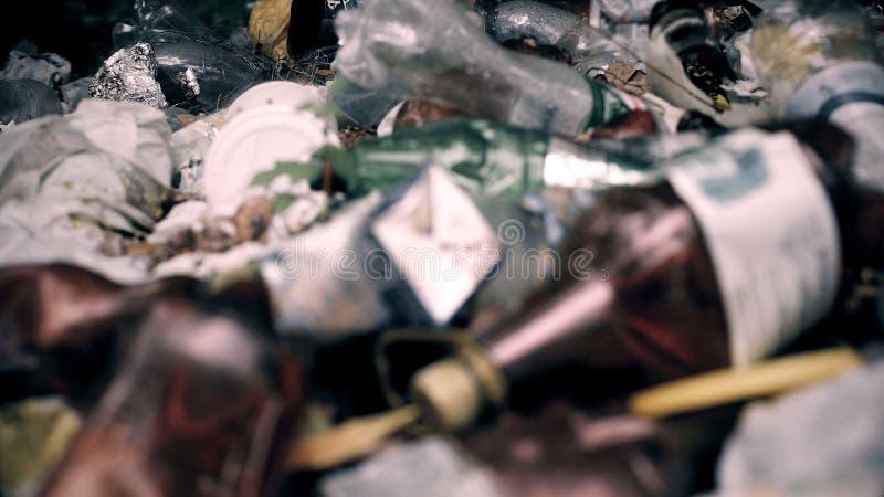 Кучи опостылеть отброса загрязняя почву и леса, проблему окружающей среды стоковая фотография rf