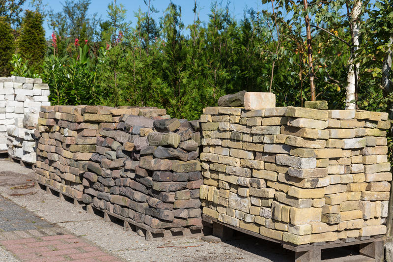 Кучи орнаментальных камней для продажи в центре сада стоковые изображения rf