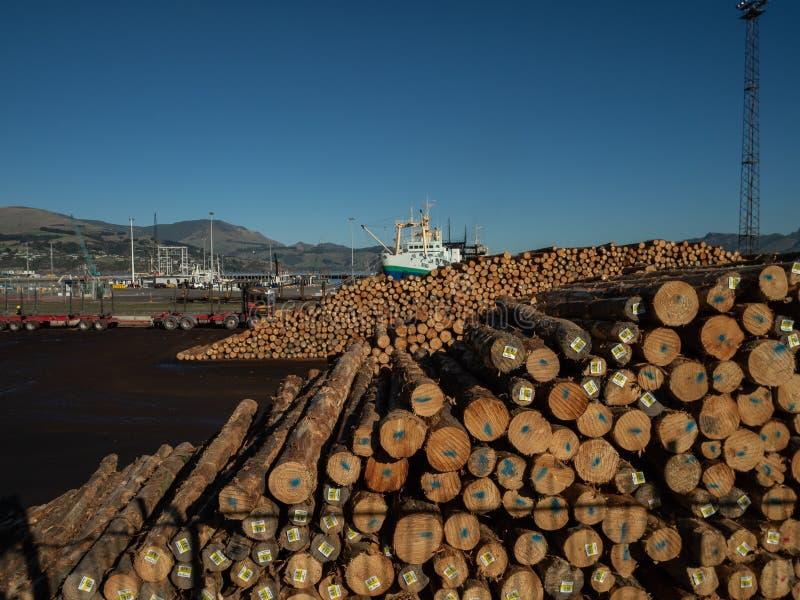 Кучи промышленных пиломатериала и шлюпок гаванью, Lyttleton, Новой Зеландией стоковое фото