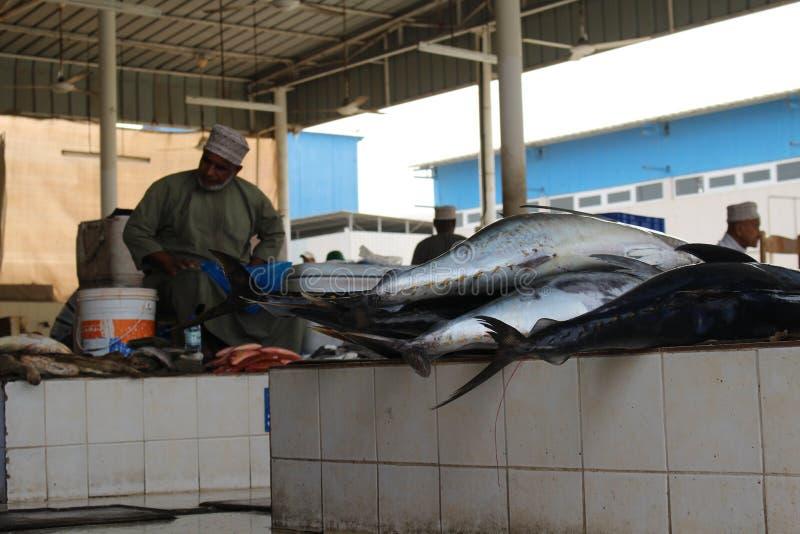 Кучи самых свежих рыб для продажи на рынке Mutrah стоковое изображение