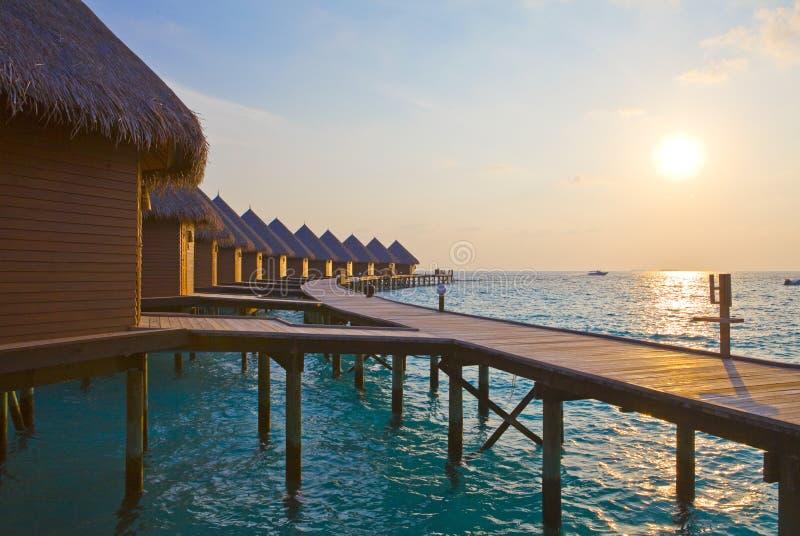 кучи su Мальдивов приурочивают воду виллы стоковое изображение rf