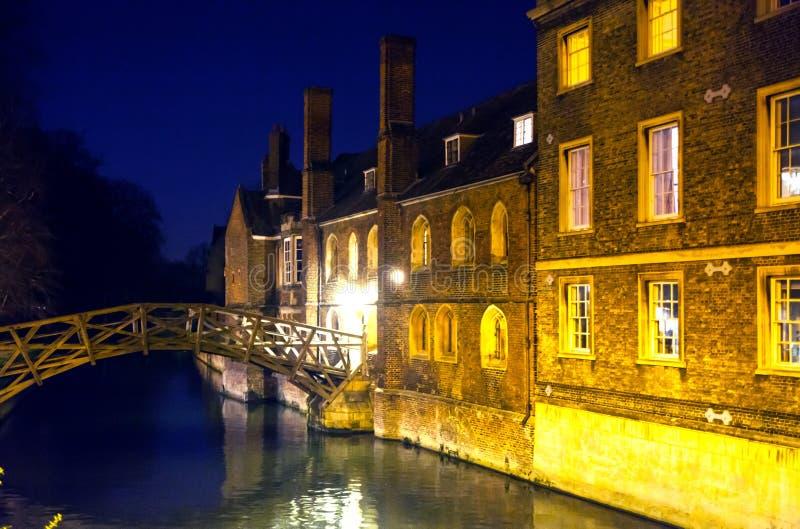 кулачок реки и старые здания коллежа в ноче cambridge стоковая фотография rf