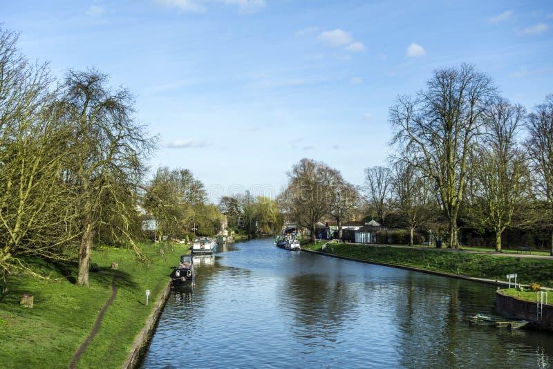 Кулачок реки с шлюпками дома в Кембридже стоковое изображение