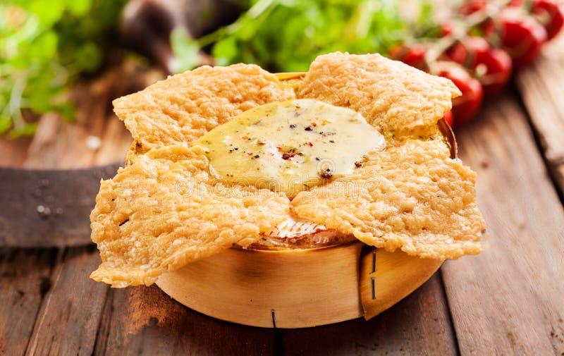 Кудрявое зажаренное или зажаренное в духовке погружение сыра печи камамбера стоковая фотография rf