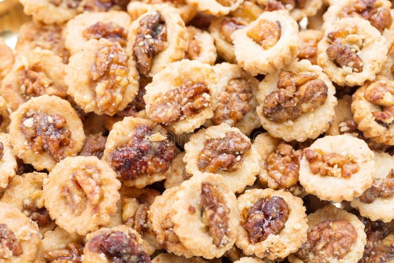 Кудрявые печенья с грецкими орехами как конец предпосылки вверх Селективный фокус стоковые фото