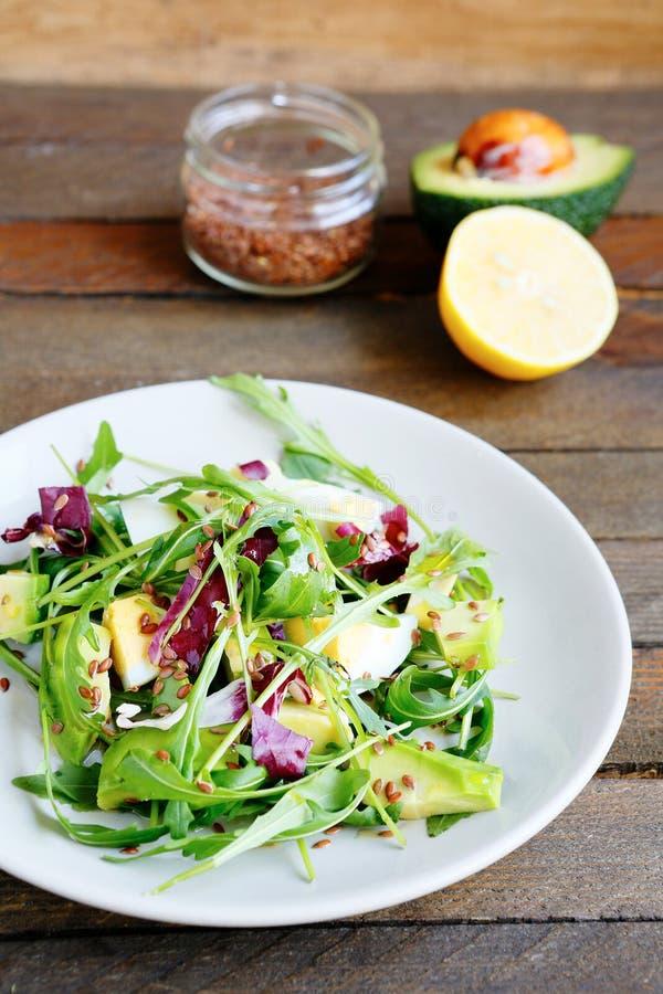 Кудрявый салат с авокадоом и яичком стоковая фотография rf