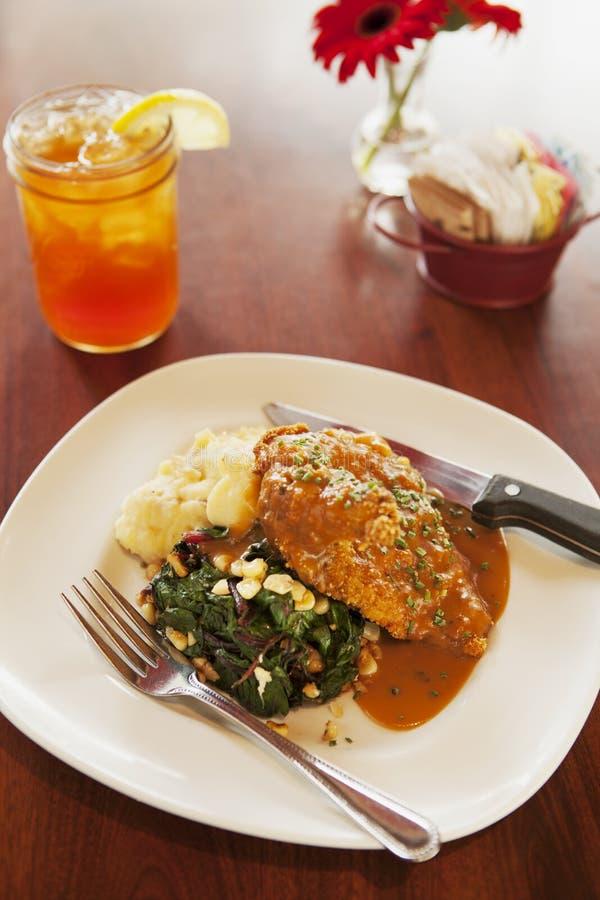 Download Кудрявый цыпленок свободно-ряда с чаем со льдом Стоковое Фото - изображение насчитывающей закуска, цыпленок: 33730738