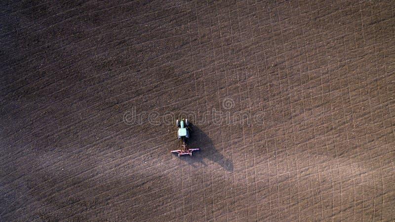 Культивировать трактора и мучительное поле стоковое изображение