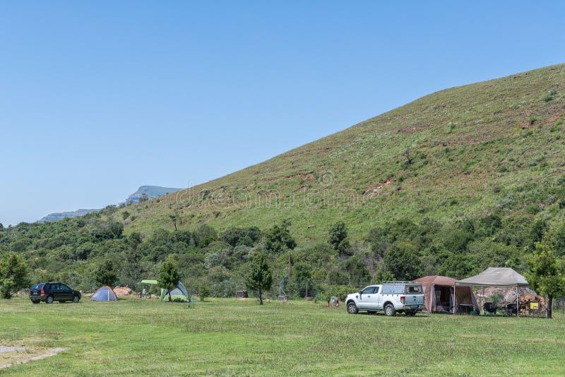Кэмп-объекты с палатками и транспортными средствами в Махаи стоковые изображения rf