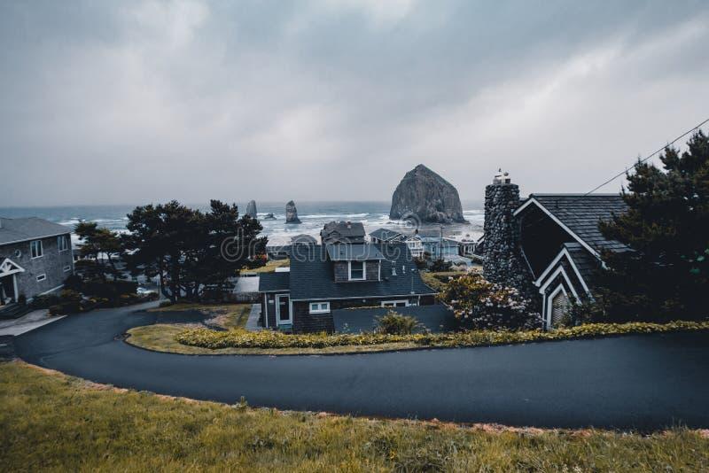 Кэннон Бич - город в Клатсопе, Орегон, США, драматическая погода перед дождевой бурей, туризм, Путешествие США, песок, стоковое фото
