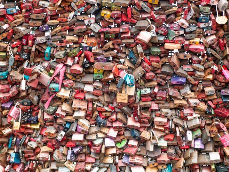 КЁЛЬН, ГЕРМАНИЯ - 6-ОЕ ДЕКАБРЯ 2018 Замки любов на мосте Hohenzollern в Кёльне, Германии стоковая фотография