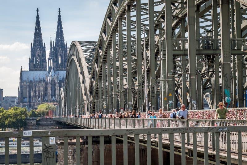 КЁЛЬН, ГЕРМАНИЯ - 31-ОЕ ИЮЛЯ 2015: Известный мост Hohenzollern стоковая фотография rf