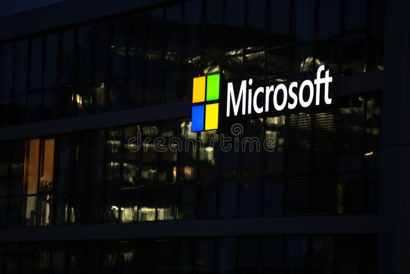 Кёльн, северная Рейн-Вестфалия/Германия - 24 10 18: Майкрософт подписывает внутри кёльн Германию вечером стоковые изображения rf